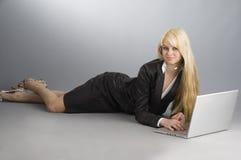 Blond en laptop royalty-vrije stock foto
