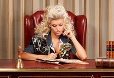 Blond et journal Photographie stock libre de droits