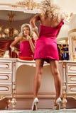 Blond et miroir Images stock