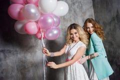 Blond et roux Deux jeunes amies avec du charme à la partie Photographie stock