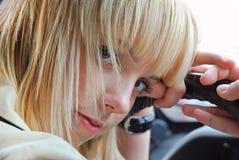 Blond flicka bak hjulet av en bil Royaltyfri Fotografi