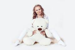 Blond flicka för Curvy kvinna som kramar nallebjörnen Arkivfoton