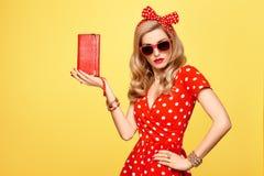 Blond flicka för mode i den röda polkan Dots Dress dräkt royaltyfri foto