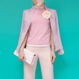 Blond flicka för mode i glamorös sommarkläder med stilfull acce arkivbilder