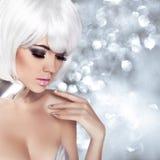 Blond flicka för mode. Skönhetståendekvinna. Makeup. Vitt kort H arkivfoto