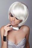 Blond flicka för mode. Skönhetståendekvinna. Vitt kort hår. Iso royaltyfri foto