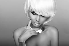 Blond flicka för mode. Skönhetståendekvinna. Vitt kort hår. Iso Arkivfoton
