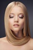 Blond flicka för mode. Sunt hår arkivfoto
