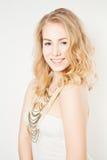 Blond flicka för mode med makeup och lockigt hår Fotografering för Bildbyråer