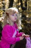 Blond flicka i den mest forrest hösten Royaltyfria Foton