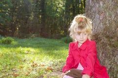 Blond flicka i den mest forrest hösten Arkivbilder