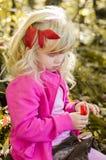 Blond flicka i den mest forrest hösten Royaltyfri Fotografi