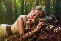 Blond flicka i en magisk skog royaltyfri foto