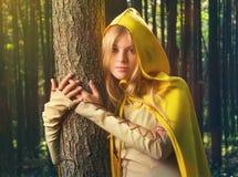 Blond flicka i en magisk skog arkivfoto