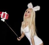 Blond flicka i ett nätt slankt för vit T-tröja le sig foto Fotografering för Bildbyråer