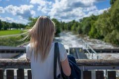 Blond flicka i Frankfurt Niddapark Royaltyfria Bilder