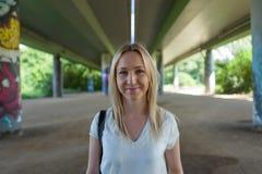 Blond flicka i Frankfurt Niddapark Royaltyfri Fotografi