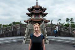 Blond flicka i fred Memorial Park i Taipei, Tainan arkivfoton