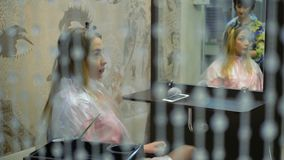Blond flicka i genomskinliga crystal hängear stock video
