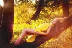 Blond flicka i gul klänning Arkivbild