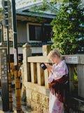 Blond flicka i kimono Arkivbild