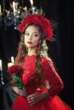Blond flicka i röd klänning Royaltyfri Fotografi