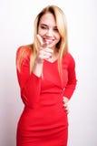 Blond flicka i röd klänning royaltyfria bilder