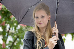 Blond flicka i regnet Arkivbilder