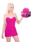 Blond flicka i rosa ask för klänningholdinggåva Royaltyfri Foto
