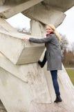 Blond flicka i vinterlagklättring arkivbilder