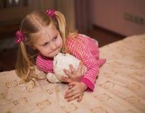 blond flicka little slapp toy Fotografering för Bildbyråer