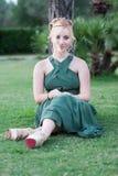 Blond flicka med ögon för blå katt fotografering för bildbyråer