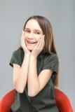 Blond flicka med att skratta för hänglsen Arkivbilder