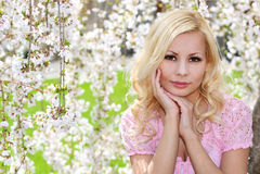 Blond flicka med Cherry Blossom. Vårstående. royaltyfri bild