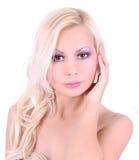 Blond flicka med den härliga framsidan som isoleras på white Arkivbilder