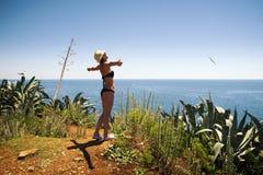 Blond flicka med den sexiga bikinin, hatten och solglasögon Royaltyfria Foton