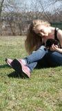 Blond flicka med den svarta katten Royaltyfria Foton