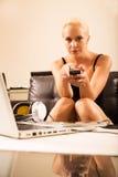 Blond flicka med en fjärrkontroll Royaltyfri Foto