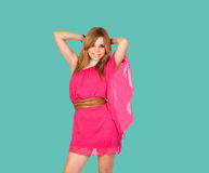 Blond flicka med en rosa klänning Royaltyfri Fotografi