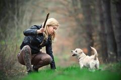 Blond flicka med hennes valp Royaltyfri Bild