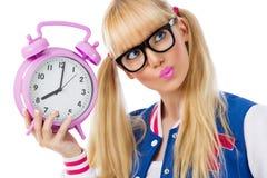 Blond flicka med klockan Arkivbild