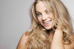 Blond flicka med långt lockigt hår. royaltyfri foto