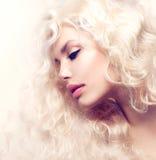 Blond flicka med långt Wavy hår arkivfoton