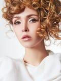 Blond flicka med sunt krabbt hår royaltyfria foton