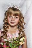 Blond flicka med vita blommor i hennes hår Royaltyfria Bilder