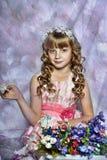 Blond flicka med vita blommor i hennes hår Royaltyfri Fotografi