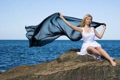 blond flicka nära havet arkivfoton