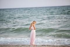 Blond flicka på kusten Royaltyfri Fotografi