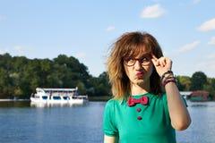 Blond flicka på sjön Arkivbild