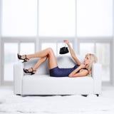 Blond flicka på sofaen Arkivfoton